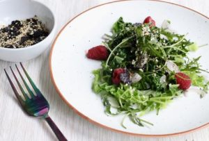 ensalada de hojas verdes con gomasio y kale alga nori natural alcalina